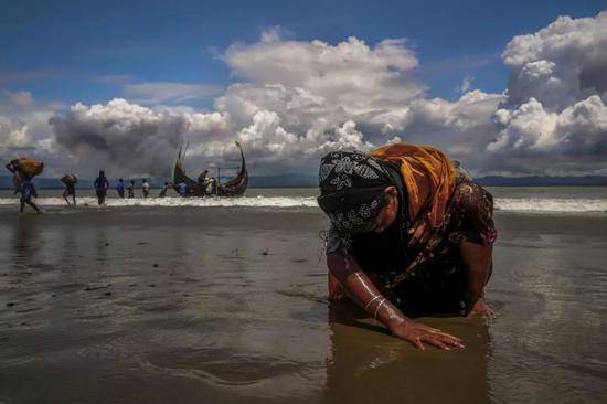2017年9月11日,一名疲惫的罗兴亚难民妇女穿过孟加拉-缅甸边境。