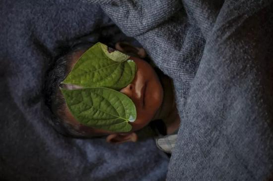 2017年12月4日,在孟加拉国的科克斯市,在Balukhali难民营,一名11个月大的罗兴亚难民阿卜杜勒·阿齐兹死于高烧和咳嗽。