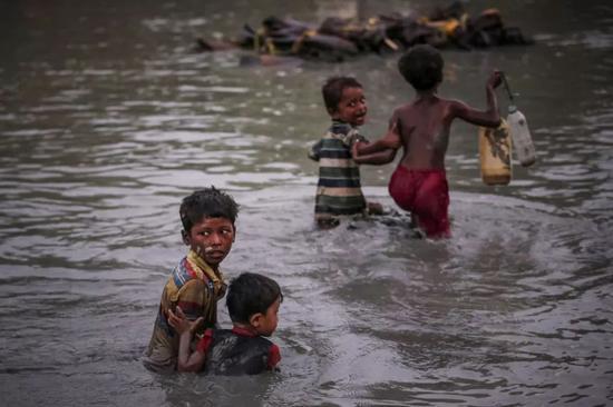 2017年11月1日,孟加拉国考克斯巴扎尔附近的Palong Khali,一群孩子正在躲避暴力。