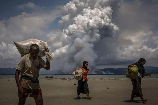 2017年9月11日,在孟加拉国的沙波尔·Dwip,当罗兴亚难民乘船穿过孟加拉的孟加拉湾时,缅甸边境上出现了烟雾。