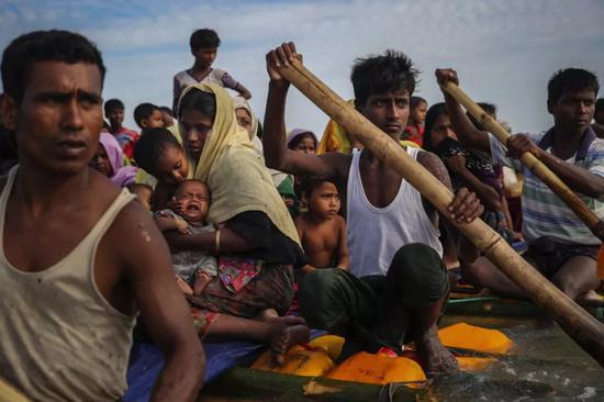2017年11月12日,在孟加拉国的Teknaf,罗兴亚难民用临时的筏子穿过纳夫河,抵达孟加拉国。