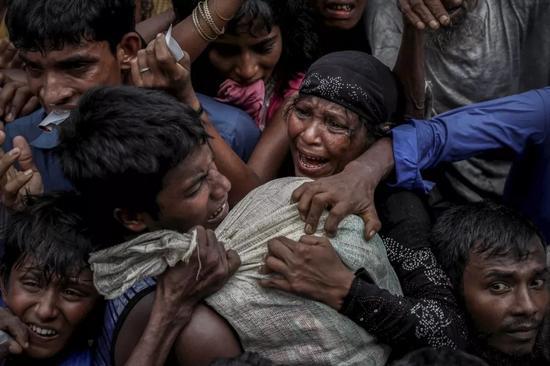 2017年9月24日,罗兴亚难民在孟加拉国考克斯巴扎尔的营地争抢援助。
