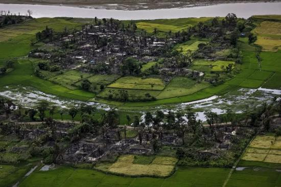 2017年9月27日,在缅甸若开邦北部Maungdaw附近的这幅航拍照片中,人们看到了被烧毁的罗兴亚村庄的残骸。