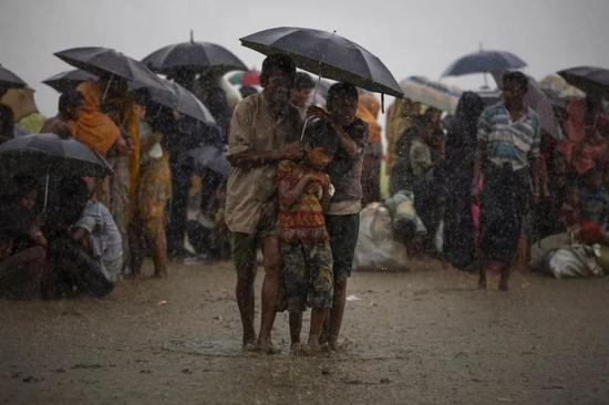 2017年8月31日,在孟加拉国的Teknaf,罗兴亚难民试图躲避暴雨。