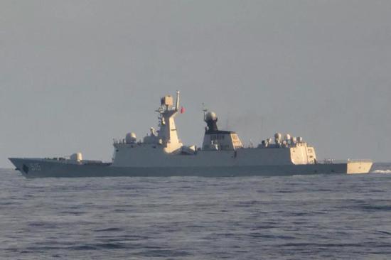 """▲印度海军拍摄到的054A型515滨州号导弹护卫舰。这种拍照风格此前多见于中国海军""""御用摄影师""""日本海上自卫队。"""