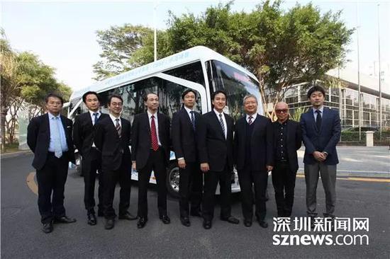 ▲山际大志郎等在深圳智能公交前合影。