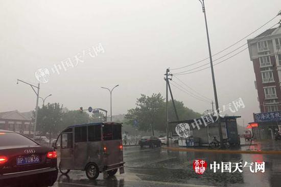 今天早晨,北京已经开始降雨,地面出现积水。
