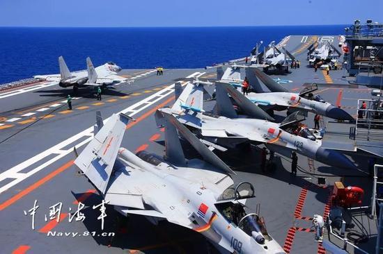 ▲舰载战斗机着舰转向停机区。记者张雷 摄