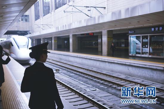 C2876次城际列车进郑州站。(4月24日摄)新华网陈俊松 摄