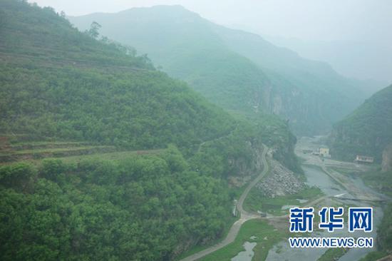 6905/8列车穿山越岭。(4月24日摄)新华网陈俊松 摄