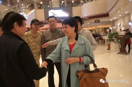 ▲服装管理老师连琏见到当年一起做幕后的同事激动落泪。