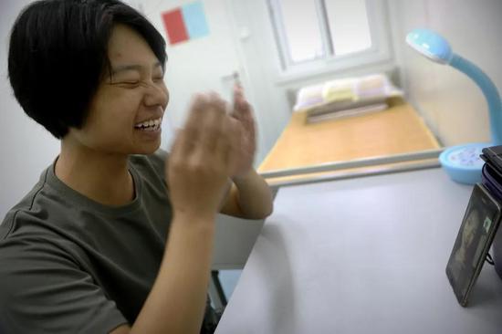 4月30日,于培杰在女兵宿舍与母亲视频。