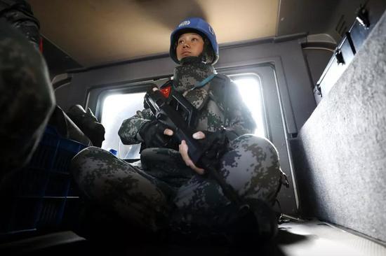 4月28日,于培杰与战友一同乘车执行巡逻任务。