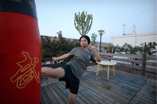 4月30日,于培杰在女兵宿舍外健身锻炼。