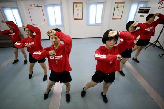 4月30日,于培杰与战友在健身房排练舞蹈。
