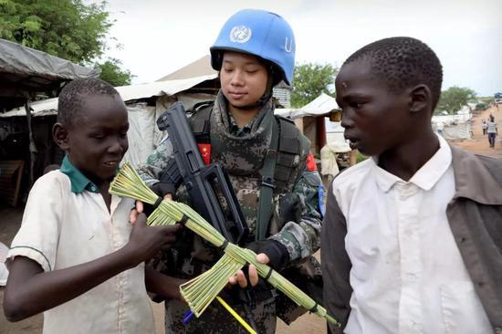 4月30日,在联合国南苏丹一号难民营,当地儿童赠送给于培杰一把小竹枪。
