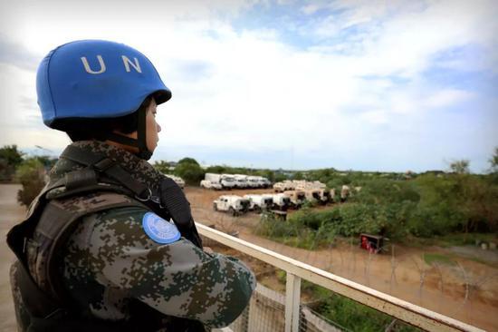 4月30日,于培杰在南苏丹中国维和步兵营南门哨位执勤。