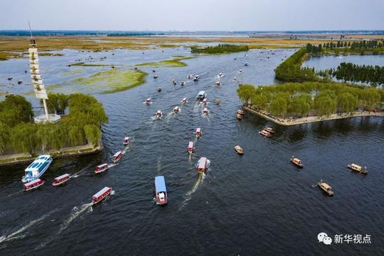 4月30日,游人乘坐游船欣赏白洋淀的美景。新华社记者沈伯韩 摄