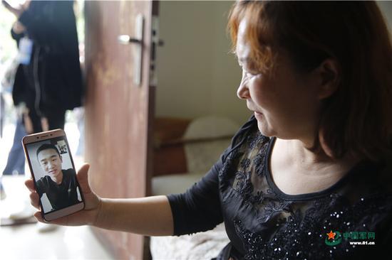 妈妈和儿子做爱影视_采访当天,当兵的小儿子发来信息,说当天休息,可以和母亲视频通话.