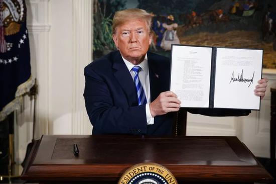 ▲特朗普签署总统备忘录,宣布美国将退出伊核协议。(美联社)