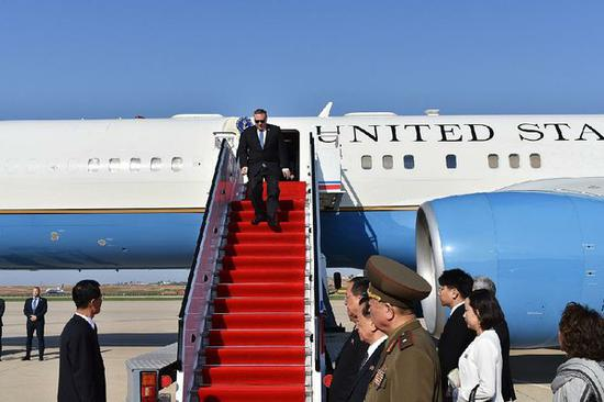 蓬佩奥走出飞机,会见朝方官员 图自CNN