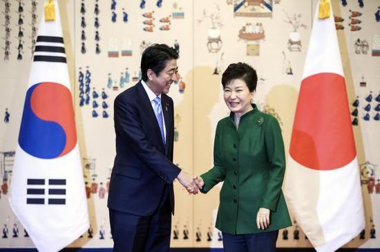 """2015年日韩迅速签署""""慰安妇协议"""",埋下隐患"""