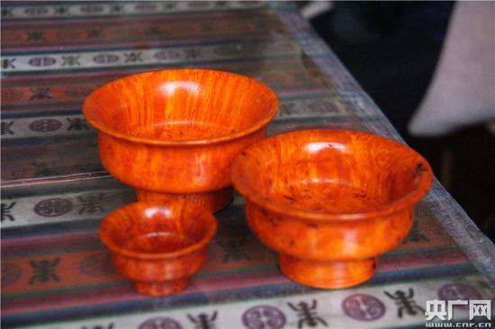 卓玛丈夫制作的木碗 央广网记者刘一荻 摄
