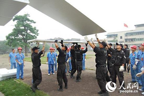 张祖林参与地震灾区重建。普陀公安供图