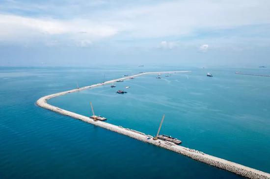 这是2018年4月28日在马来西亚关丹港新深水码头拍摄的防波堤。为支撑配合马中关丹产业园区的发展,为入园项目提供优良的港口物流服务,广西北部湾国际港务集团有限公司入股关丹港后与马方合作伙伴一起加快了对关丹港的升级改造。新华社发