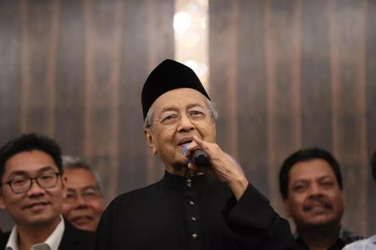 5月10日,在马来西亚必打灵查亚,马哈蒂尔宣誓就任总理后出席新闻发布会。 新华社记者朱炜摄