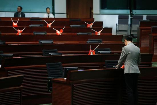 郑松泰倒插国旗及区旗被判刑罚(图:港媒)