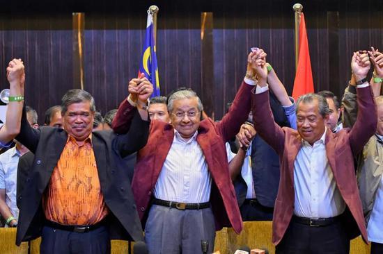 5月10日,在马来西亚必打灵查亚,马哈蒂尔(中)出席新闻发布会。新华社发(张纹综 摄)