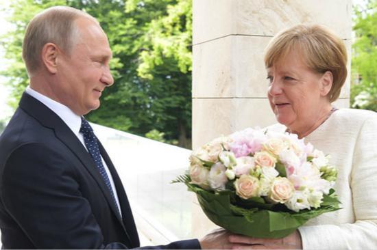 普京送默克尔一束鲜花。(图片来源:今日俄罗斯)