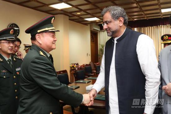 5月17日,巴基斯坦总理阿巴西在总理府会见了访问巴基斯坦的中国中央军委副主席张又侠。国防部网站 图