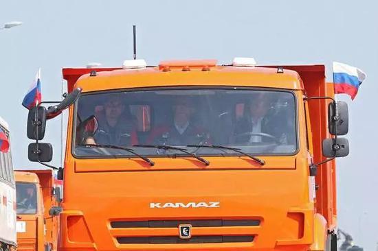 ▲俄罗斯总统普京15日驾驶卡车穿过克里米亚大桥。