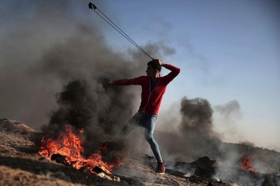 加沙地带的巴勒斯坦人使用投石索(今日巴勒斯坦网站4月4日报道配图)