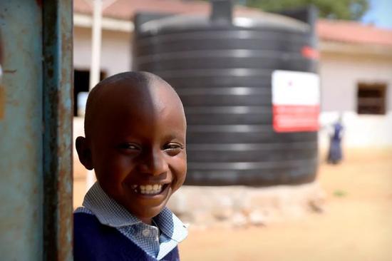 恩泽斯说,加上学校原有的两个储水罐,现有的存水可以保证学校480多个学生未来几个月最基本用水。