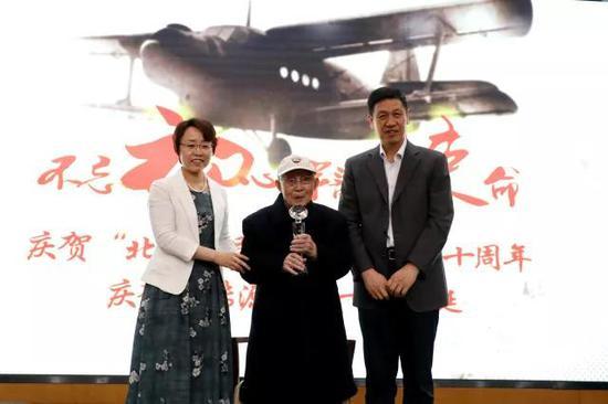 北京航空航天大学党委书记曹淑敏(左)、校长徐惠彬(右)为文传源先生颁发奖杯。