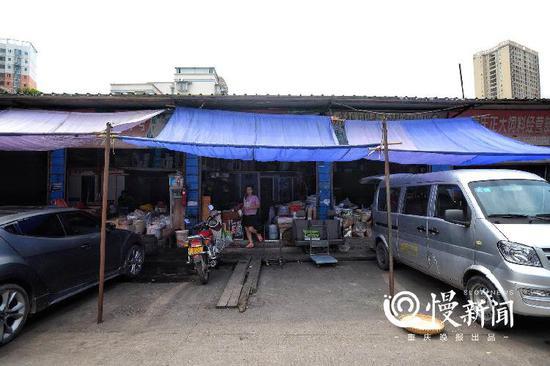△张云经营的店面就在批发市场一连排平房里