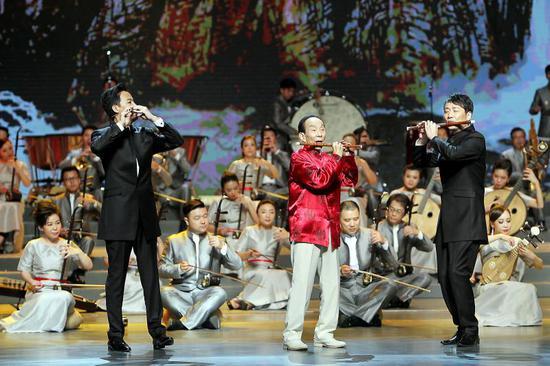 2016年第18届上海国际艺术节开幕演出上,95岁高龄的笛子演奏家陆春龄携弟子一起演奏《我的祖国》。