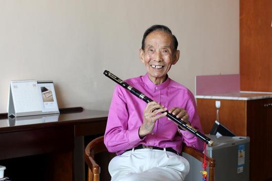 2017年7月4日,尽管在医院,97岁的笛子演奏家、作曲家陆春龄每天仍坚持吹奏,老人家说这是他生命的全部。