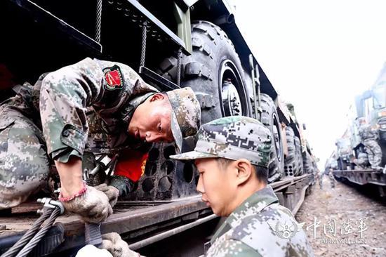 △多支陆军部队参与此次集训。图为铁路装载现场。黄海摄