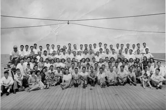 赵忠尧、钱学森、邓稼先等百名留美学生学成归国,在甲板上集体合影!