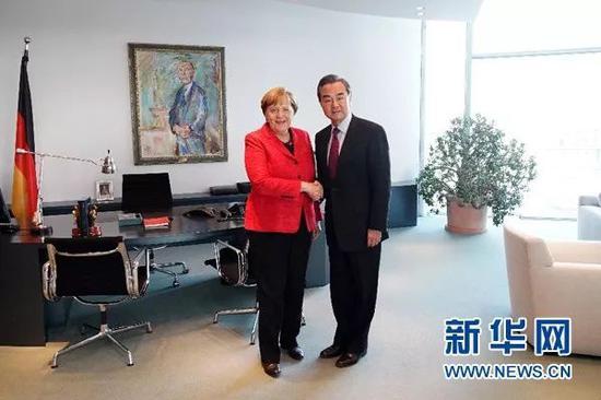 ▲资料图片:2017年4月25日,德国总理默克尔(左)在柏林会见对德进行正式访问并出席第三轮中德外交与安全战略对话的中国外交部长王毅。