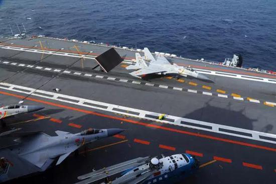 准备放飞歼-15舰载战斗机