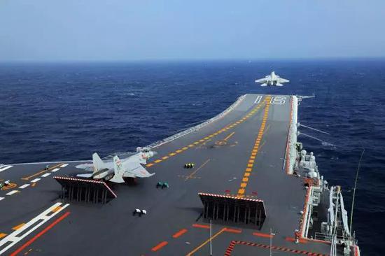 歼-15舰载战斗机在辽宁舰滑跃起飞