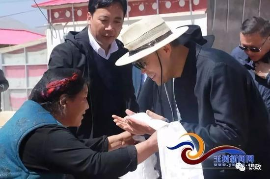 丰台区委副书记、代区长王力军一行来到治多县慰问贫困户