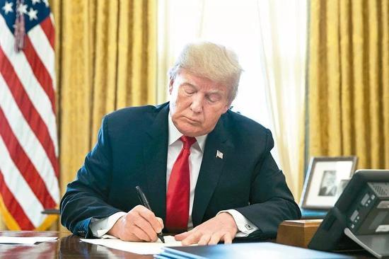"""▲资料图片:当地时间3月16日,美国总统特朗普签署""""台湾旅行法""""。"""