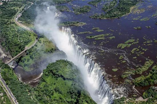 这是2014年2月17日从空中俯瞰的津巴布韦维多利亚瀑布。(新华社记者许林贵摄)