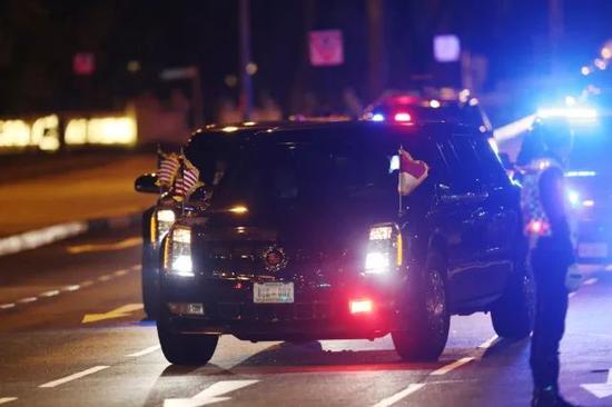 ▲ 当地时间20点50分,特朗普车队抵达香格里拉酒店(摄影/环球时报 崔萌)